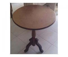 Mesa de madera para el hogar de tres patas