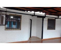 Bella Casa, cómoda, ambiente tranquilo y clima fresco.