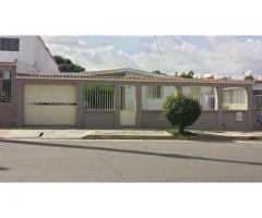 Casa Quinta en LA ESMERALDA con Local Comercial