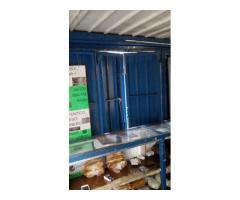 kiosko de ladrillo y enrejado interno