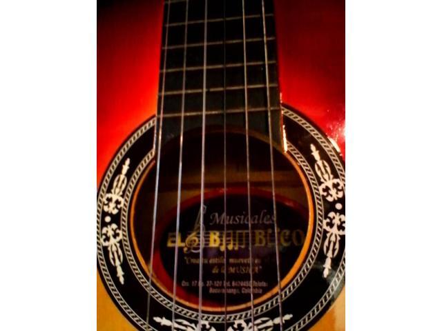 guitarra con acabado colombiano en su forro como nueva - 3/3