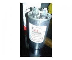 Capacitor de marcha MaxWell 30 uF +- 5% 370 / 440V AC SH S2 40/85/21 50/60Hz (aire acondicionado)
