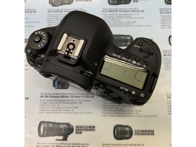 Canon EOS 5D Mark IV camera body - 3/4