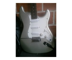 Guitarra Eléctrica Marca Aria con Mini Amplificador Marca Aria