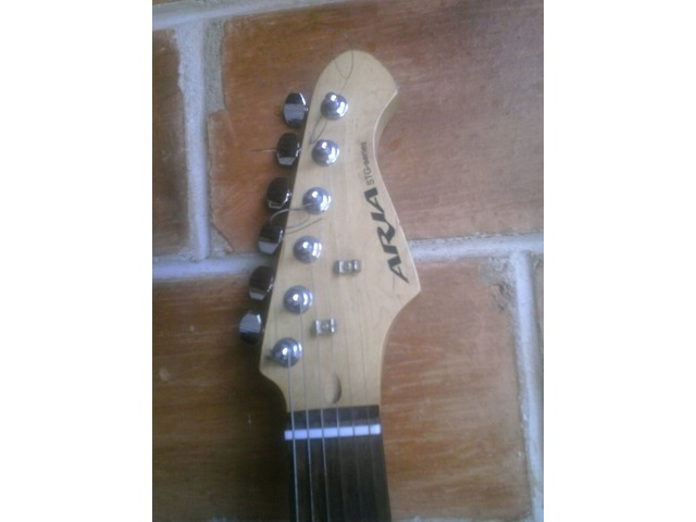 Guitarra Eléctrica Marca Aria con Mini Amplificador Marca Aria - 4/5