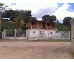 CASA DE DOS PLANTAS UBICADA EN ALTAGRACIA DE ORITUCO
