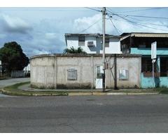Se vende casa, comoda y en toda una esquina.