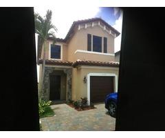 Miami, FL linda casa de 2 pisos  4 hab. 3 baños NUEVA para renta.