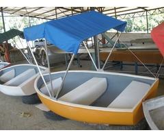 lote de botes nuevos con techo en fibra de vidrio y lanchas