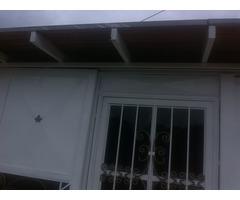 hermosa casa con garaje y techo machimbrado